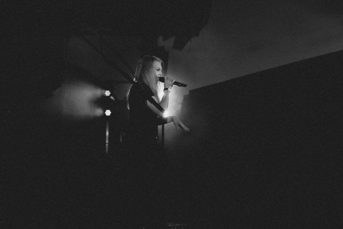 FOTOPRODUKTION FILMPRODUKTION IMAGEVIDEO IMAGEFILM VIDEOPRODUKTION GÖTTINGEN HANNOVER KASSEL GOSLAR MALLORCA HILDESHEIM BRAUNSCHWEIG SÄNGERIN SCHWARZWEIß AUFTRITT